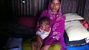 Jeune maman dans le bidonville de Out Fall, dans le quartier de Kamalapour à Dhaka.